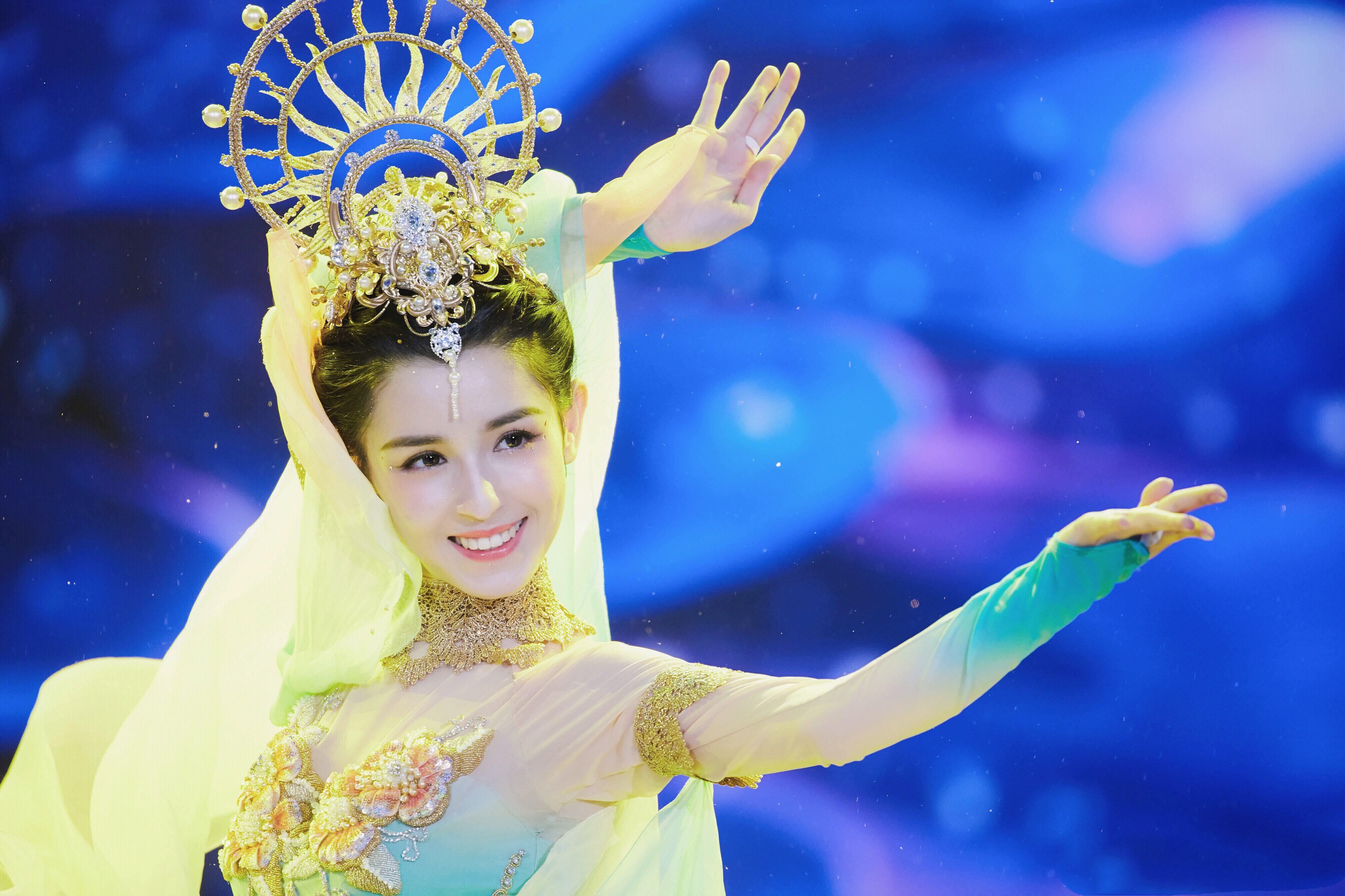 哈妮克孜双台霸屏新年 灵动舞姿开启全新2019