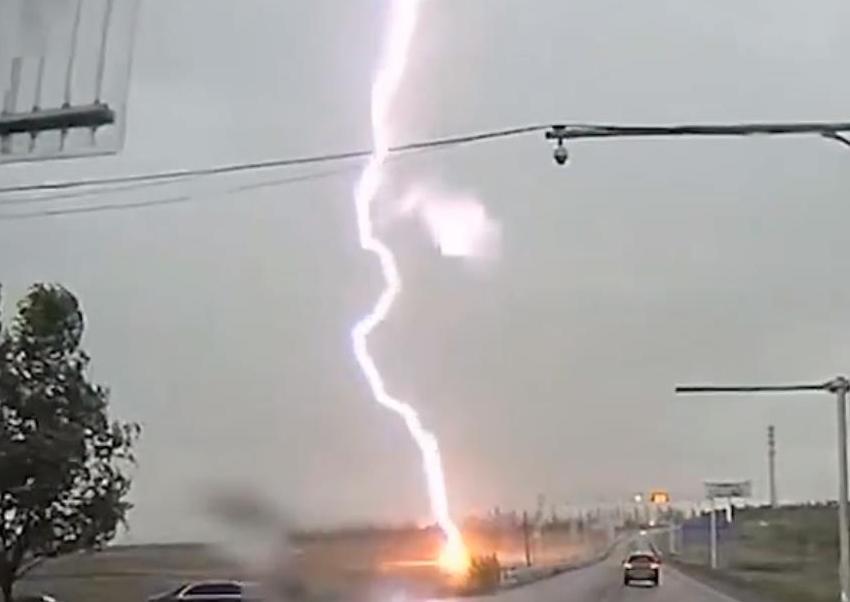 巨型闪电击中地面火花四溅