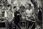 末代皇帝溥仪老照片:一身中山装,在植物园和同事一起劳动