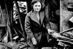 伦敦轰炸中失去所有亲人的孩子 坐在废墟上无助的抱着仅有的玩具