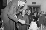 世界上最高的男人,姚明只到他的肩膀,22岁不幸死于败血症