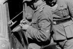 为什么有的德国兵脖子上会挂着一块半月形牌子?