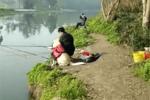 主人带狗去河边玩��狗子?#33258;?#22823;叔旁边看钓鱼��狗��送给我几条����