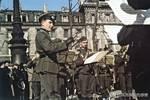納粹鐵蹄下的法國:德國女兵在凱旋門下向死亡的無名戰士獻花!