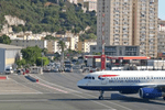 世界上最危险的机场��离市?#34892;?#21482;有500米��飞机跑?#31726;?#31359;人行道��