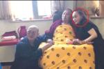 58岁利智最新近照��面庞俊秀身材纤?#31119;?#26446;连杰和她站一起宛如父女