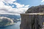 峡湾中的一块天然巨石,垂直落差可达604米,你敢上去吗?