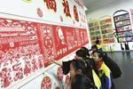 数学老师课堂教剪纸  学生们剪出了大名堂