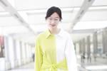 34岁张俪真会穿��一身黄白拼接衬衫裙亮相机场��清新又减龄