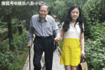 96歲楊振寧攜老婆游清華,夫妻全程十指緊扣,像熱戀中的小情侶