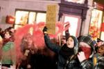 """大選后倫敦爆發抗議游行,抗議者高呼:""""不是我的首相"""""""