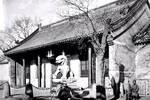 英國攝影師鏡頭里的老北京:駝隊穿行在古老的街道