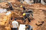 考古专家发掘古墓,刚挖一半有人大喊:快住手,这是我家祖坟!