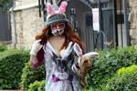 菲比·普莱斯坚持营业造型吸睛 和爱犬戴兔耳朵卖萌