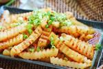 土豆做成麻辣狼牙土豆,香酥脆爽薯条,简单美味家庭小吃
