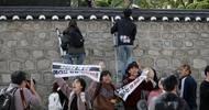 韩国大学生翻墙进美大使官邸,反对美国让韩国多交防卫费
