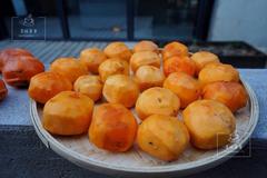 霜降之后,我在麻麻花的山坡打柿子。