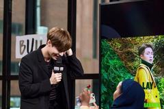 直播节目中,张艺兴被女粉丝下跪求婚,反应太真实!