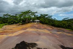 毛里求斯有片彩虹色土地,色彩斑斓寸草不生,还有一种神奇现?象
