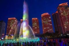 山东第三大城市烟台,滨海广场音乐喷泉灯光秀,夜色璀璨美轮美奂