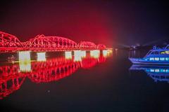 中朝边境丹东鸭绿江断桥景区,波光潋滟,夜色阑珊,游客熙熙攘攘
