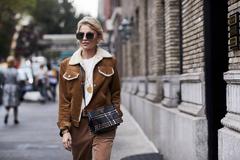 在冬天穿上复古的麂皮外套 总能让人眼前一亮