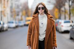 秋天入手的运动衫也能做内搭 不仅保暖还很时髦