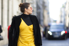 用明媚的黄色系做内搭 不仅提亮整身造型还时髦感立显