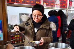 北京小汤山医院工会为医院职工提供预防流感药茶汤