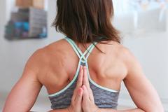 LIFE | 六个简单的瑜伽动作,改善你僵硬的肩颈背