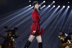 """李宇春再也不是""""假小子""""了,一身红裙女人味十足,美得不像她!"""