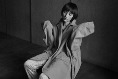女星睡裤配风衣拍写真,网友被惊艳到:这样也能穿出高级感?