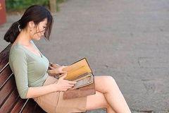 公园里知性的女青年,温文尔雅,只可远观不可亵玩焉