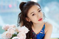 吴谨言身穿百褶印花裙 绚丽的色彩演绎意式浪漫风情
