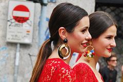 在耳畔摇曳 夸张耳环彰显着华丽与潮流时尚