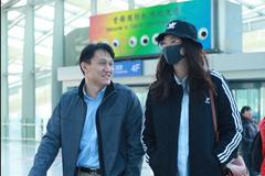 惠若琪身穿黑色运动外套搭配牛仔裤和老公现身机场边走边聊撒狗粮