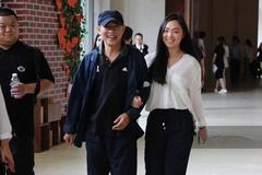 李连杰身穿深蓝色外套配深蓝色长裤和女儿出席活动 尽显父女情深