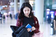 李艺彤穿红色格子外套内搭黑T现身机场 手拿黑色羽绒服气质出众