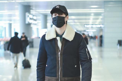 魏大勋身穿黑色翻领外套内搭绿色衬衫现身机场 造型时尚休闲