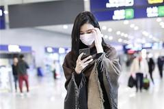 奚梦瑶机场秀终于低调了,用围巾当外套,不凹造型的她反而更高级
