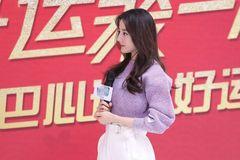 """迪丽热巴""""鸡腿衣""""配短裤,网友:我还以为是杨超越呢!"""