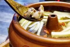 """吃在大连-用蒸汽""""蒸""""出来的,锅里不加一滴水,非常纯粹鸡汤!"""