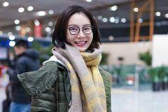 41岁陈数素颜现身机场,网友:黑框眼镜,好像高中班主任!