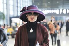 金星身穿红色大衣内搭黑色高领毛衣现身机场 打扮帅气有型