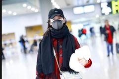 袁冰妍身穿红色格纹外套现身机场 对镜头比剪刀手卖萌可爱十足