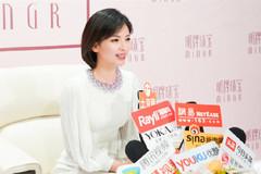 刘涛剪短发后变清纯了,一袭白裙现身,戴上紫项链后至少减龄20岁