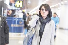 46岁的俞飞鸿身穿灰色毛呢大衣现身机场 搭配简约时尚气质减龄