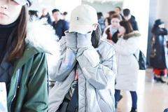 杨超越身穿浅色外套现身机场 打扮潮味十足素颜不敢面对镜头