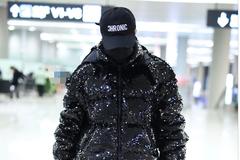 王菊身穿黑色亮片羽绒服现身机场 一路低头行走十分低调