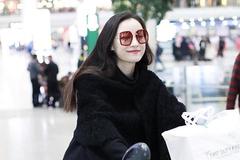 倪妮身穿黑色大衣内搭黑色毛衣现身机场 打扮时尚干练笑容灿烂